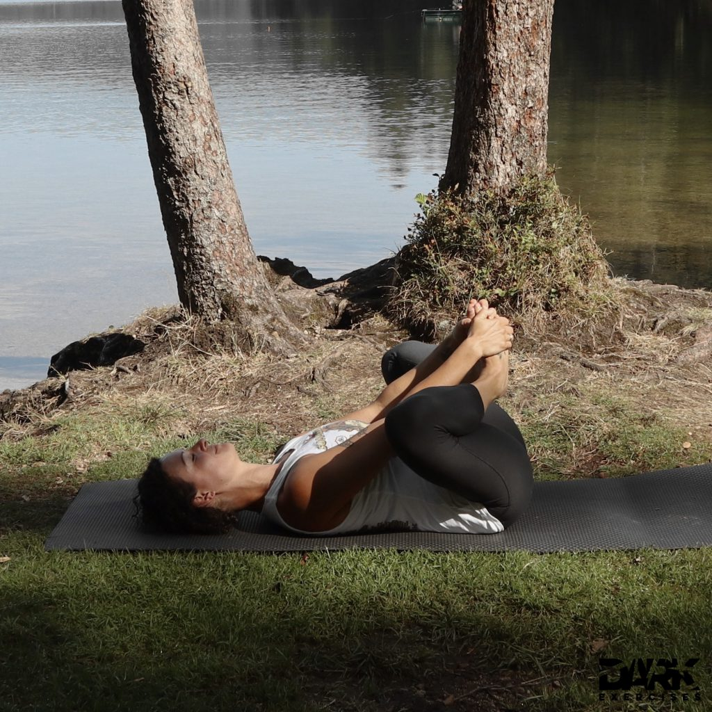 Taival-Yoga geschlossener Winkelsitz im Liegen Baddha Konasana im Liegen