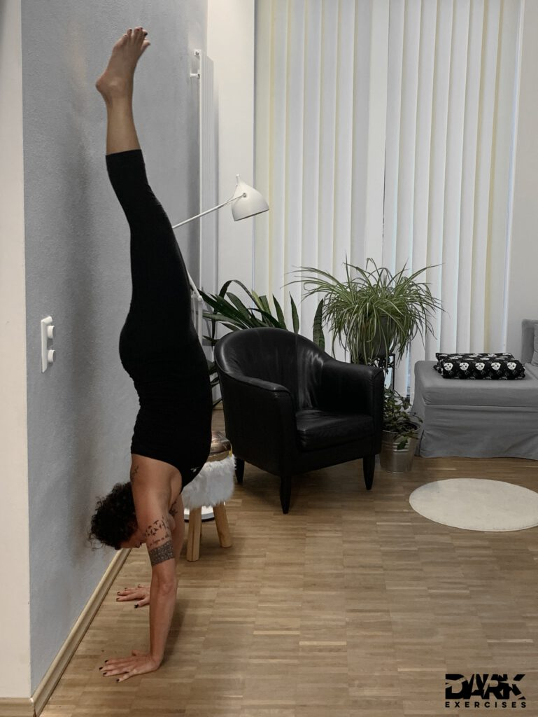 4-week-intensive-Yogateacher-Training Pt. 2 Vrikshasana - the handstand Also at home I continue to practice eagerly.
